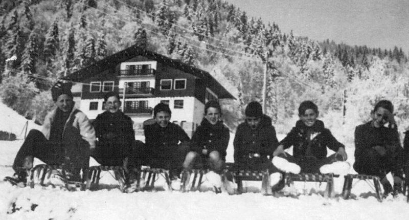 Enfants faisant de la luge en mars 1950 à Praz sur Arly
